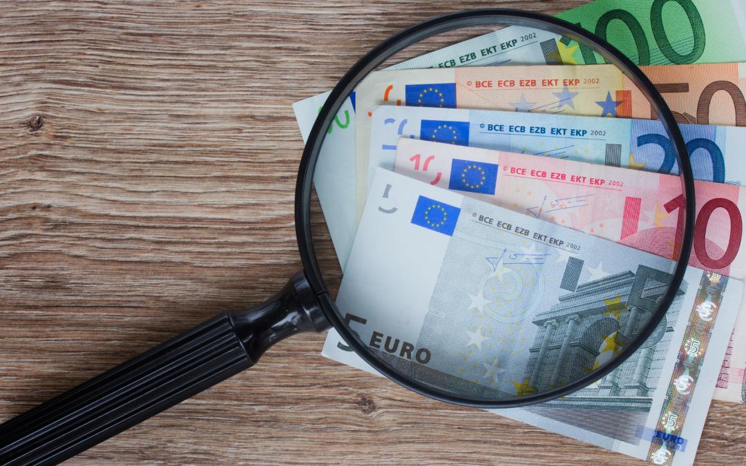 Loupe accompagnée de cinq billets en euros