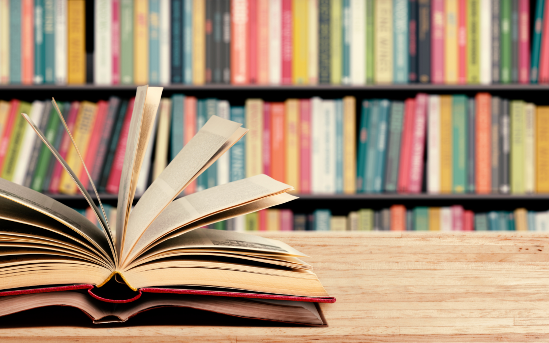 Livres ouverts et bibliothèque en fond
