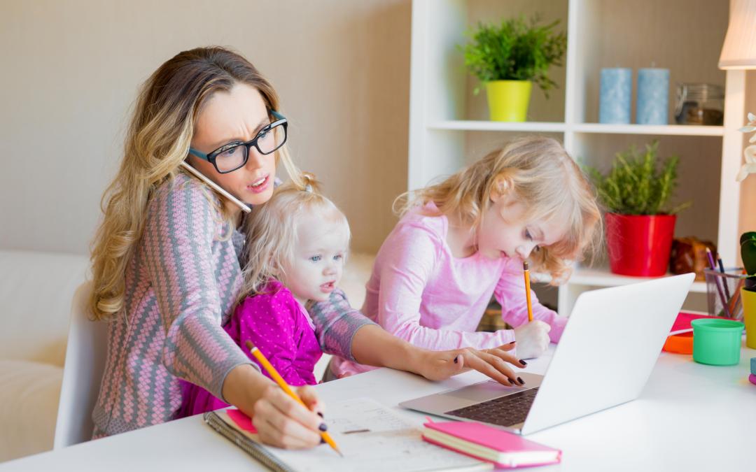 Traductrice sur son ordinateur avec ses deux petites filles
