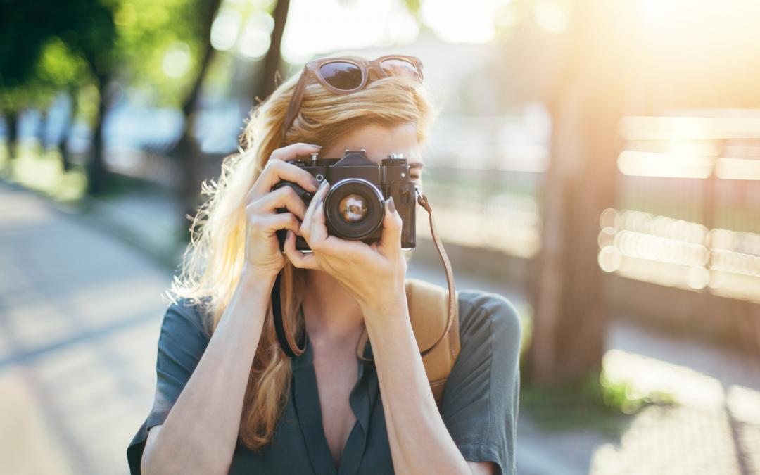 Femme en train de prendre une photo