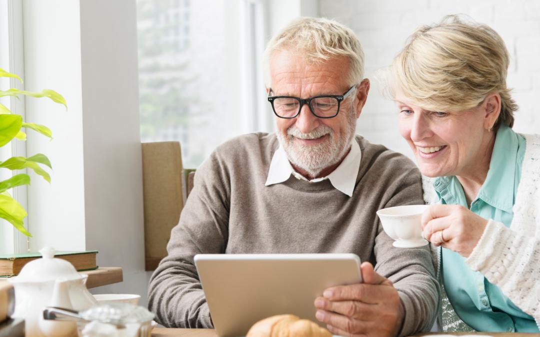 Couple à la retraite en train de consulter une tablette